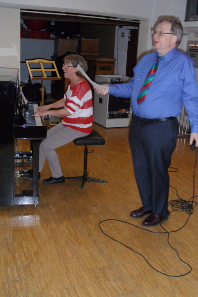 2017.01.22. (38) Angelique und Wolfram spielen und singen katalanische Lieder